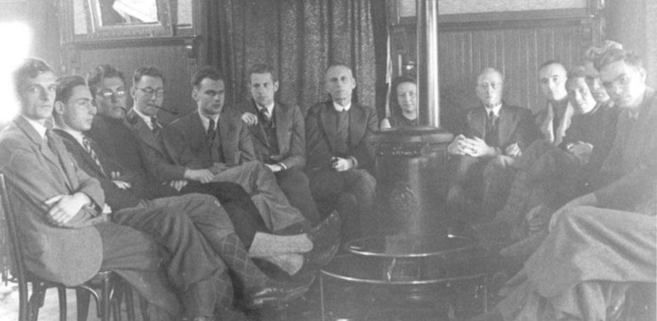 Professor Brouwer met zijn studenten