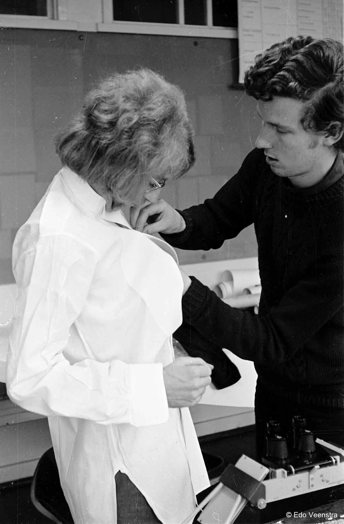 Jan Smit helpt Henk Barelds met zijn pak