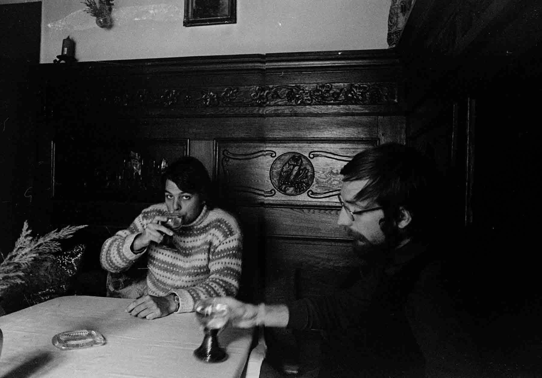 Edo en Herbert laten zich de wijn goed smaken