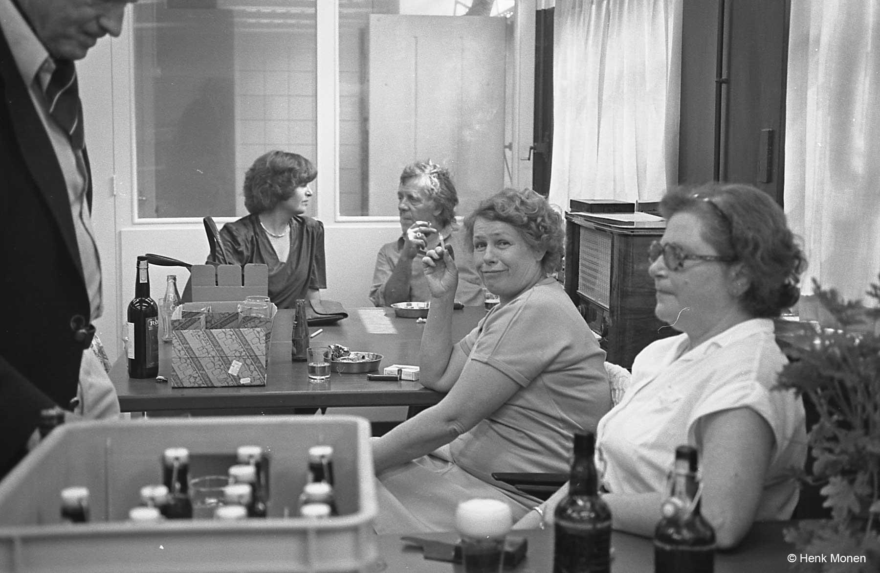 Cees Egeler en de dames Toepoel en Frieling. de van Eunen's op de achtergrond
